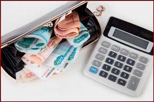Калькулятор и деньги в кошельке
