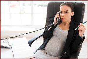 Беременная женщина на рабочем месте