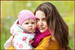 Ребенок на руках у матери