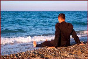 Мужчина в костюме на пляже