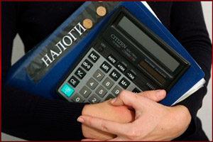 Калькулятор и папка в руках