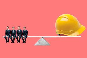 Желтая каска и сотрудники